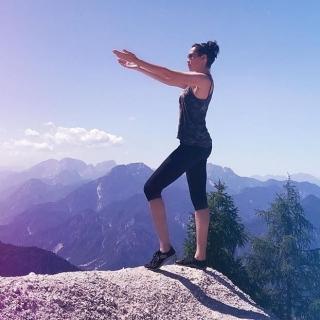 #Repost photo @ladamirra • • • • • ✨✨✨✨✨ 👣⛰🙏🏻😘✨ Gravir des sommets, se sentir léger, pieds nus, et ancré, pour toucher le ciel.  Et vous ? Où vous mènent vos leguano cet été ? ☀ ☀ ☀ #minimalistes #chaussuresminimalistes #barefoot #chaussuresbarefoot #chaussuressouples #zerodrop #dropnul #yoga  #qigong #ancrage #energie #chaussures