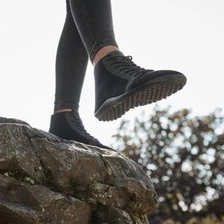 👣 Les #chaussuresPiedsNus leguano ont une semelle très souple spécialement conçue pour suivre les mouvements des #pieds. On marche de nouveau avec nos pieds au lieu de leur infliger la rigidité et le mouvement hérétique des #chaussures rigides. Les muscles des pieds se renforcent et retrouvent l'habitude d'amortir les chocs, préservant les articulations. On  mobilisent leurs facultés sensorielles pour un meilleur équilibre sur tous les terrains. 🏔  Jetzt testen und loslaufen!   #leguano #leguanoshoes #barefoot #shoes #barefootshoes #marche #rando #randonnée #foret #Marcher #marchenature #minimalistes #chaussuressouples #chaussuresminimalistes #proprioception