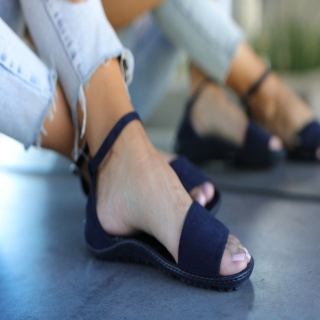 Préparez-vous pour l'été indien !⠀ Les #sandales #leguano sont élégantes et permettent de magnifiques sensations #piedsnus tout en étant #nusPieds.⠀ ⠀ #minimalistes #barefoot #barefootshoes #chaussuresminimalistes #sandalesminimalistes #sandalespiedsnus