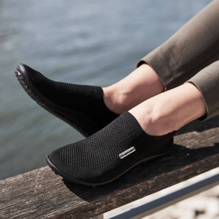 Ce modèle #scio est une super réussite de notre maison mère ! Comme toujours fabriqué en Allemagne, design intelligent pour ce modèle intermédiaire entre les sneakers et les aktiv. Il chausse tous types de #pieds en respectant leur forme, en laissant de la place pour les orteils et en suivant les mouvements des pieds ! Vous vous sentez #PiedsNus tout en étant habillé !  Et vous ? Quel modèle de #leguano avez vous porté pour ce #weekend ensoleillé ? 👣 #madeingermany #chaussuressouples #chaussuresminimalistes #minimalistes #chaussuresbarefoot #chaussuresbienetre #chaussuresphysiologiques #chaussuresconfort #instashoes #chaussures #fandechaussures #podologie