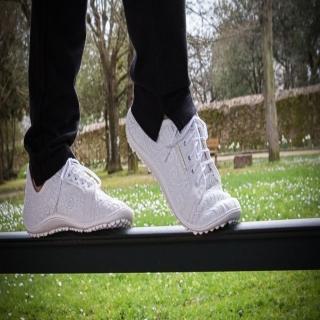 L'été bat son plein ! Quel plaisir d'être #féminine tout en gardant son agilité naturelle et en prenant soin de ses pieds ! Les #chaussuresPiedsNus #leguano offrent de la place pour les orteils pour leur permettre de conserver / retrouver leur mobilité. Ces chaussures ultra souples épousent vos #pieds comme une seconde peau. Vous vous sentez comme pieds nus, tout en étant habillée :-)⠀ ⠀ #PiedsNus #chaussuresSouples #beauté #capitalbeauté #santé #pieds #podologie #halluxvalgus #modesanté #fashionhealth #healthymode #santé #healthmode #beautedespieds #blanc #chaussuresblanches #chaussuresblanches