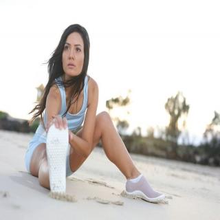 Le bien-être passe par les pieds ! Ils sont notre base, ils portent tout le poids de notre corps et nous font avancer ! Des pieds en bonne santé, ce sont des pieds musclés, souples. Petit à petit, ce renforcement musculaire et cette souplesse gagnent le reste du corps.⠀ ⠀ #chaussures #chaussuresPiedsNus #BienEtre #confort #Pieds #santé #posture #chaussuresminimalistes #instashoes #instafashion #barefoot #minimalistes #leguano #PiedsNus #chaussuresminimalistes #chaussuressouples #chaussuresconfort #chaussuresphysiologiques #souplesse #orteils #halluxvalgus #PiedsSensibles #kinésithérapie #naturopathie #ostéopathie #dropnul #zerodrop #madeingermany #barefooting #loveyourfeet