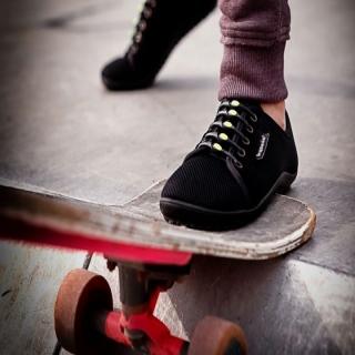 Les #chaussuresPiedsNus #leguano #aktiv sont un modèle devenu pratiquement une légende. La conception de ce modèle permet de chausser tous les #pieds, et de les entourer dans un cocon. La semelle ultra-souple garantit une #proprioception maximale, gage d'équilibre, pour toutes les activités. Ses tissus ultra souples et doux apportent un #confort moelleux à vos #pieds. Les #orteils ont de la place et peuvent exercer toutes leurs fonctions, de propulsion, de préhension. Complétées par des hickies, fini les lacets :  plus de #lacets, ni à faire, ni à défaire ! Vous êtes dans une chaussure mais vous êtes comme #PiedsNus !⠀ ⠀ #minimalistes #barefoot #chaussuresbarefoot #barefootshoes #chaussuresminimalistes #lfr #skate #chaussuressouples #chaussuresconfort #chaussuresergonomiques #hickies #confortdupied #chaussuressport #dusportpourlespieds #santédespieds