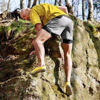 Nos #pieds sont un organe ultra sensoriel. Dans des grosses chaussures, ils sont privés de leur formidables capacités à ressentir et à garder notre équilibre. En portant des  #chaussuresPiedsNus leguano, les pieds retrouvent leur mobilité. Nous avons en effet une vingtaine de muscles par pieds qui se remettent enfin à travailler ! Le résultat : on gagne en souplesse, en précision des appui, en équilibre ! Et vous ? Grimpez-vous comme un chat en leguano ?⠀ ⠀ #posture #posturologie #chaussuressouples #chaussuresminimalistes #proprioception #ostéopathe #kinésithérapeuthe #escalade #sensationpiedsnus #barefoot