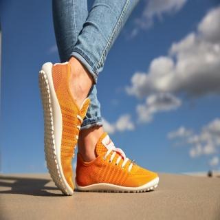 Vive les couleurs ! Vive le soleil ! Prolongeons l'été !⠀ Les chaussures pieds-nus #leguano go: orange sont toujours aussi confortables et respectueuses de la #physiologie des #pieds !⠀ ⠀ #orange #barefoot #chaussuresorange