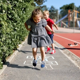 On souhaite une bonne #rentrée à tous les enfants ! Puissent-ils évoluer et grandir entourés de respect et d'amour 🥰 —— Quelques infos à propos de leurs pieds. Rappelez-vous toujours que l'être humain marche #piedsNus depuis 2 millions d'années et qu'il n'a pas attendu les #chaussures premiers pas pour se mettre à marcher.  ➡️ les pieds peuvent se développer sans soutien artificiel. Cela permet à une architecture musculaire solide de se construire.  ➡️ une semelle plate permet une posture naturelle. ➡️ la semelle souple et le tissu souple permettent une liberté de mouvement maximale.  ➡️ le textile est respirant ➡️ la souplesse de la semelle permet le contact avec le sol. 👣 #minimalistes #chaussuressouples #chaussonssouples #marchenaturelle #grandirautrement #chaussurespremierspas #chaussuresminimalistes #chaussuresminimalistesenfant #école